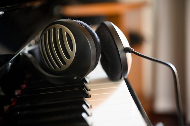 Наушники лежат на цифровом пианино