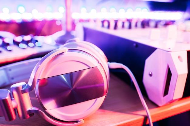 Soundboard 책상에 헤드폰. dj 믹싱