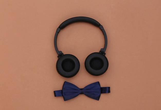 갈색 배경에 헤드폰과 나비 넥타이입니다. 평면도