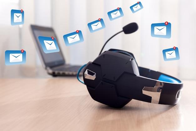 헤드폰 및 노트북, 커뮤니케이션 개념, 고객 서비스 헬프 데스크, 콜 센터 및 지원. 저희에게 연락하거나 고객 지원 핫라인 사람들이 연결합니다.