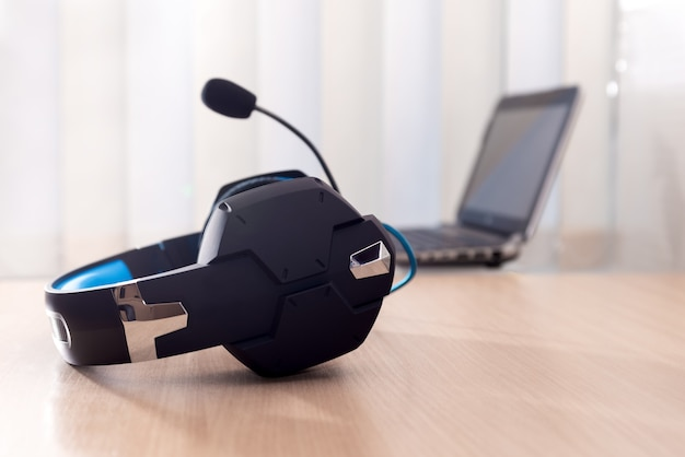 헤드폰 및 노트북, 통신 개념, 고객 서비스 헬프 데스크, 콜 센터 및 지원.