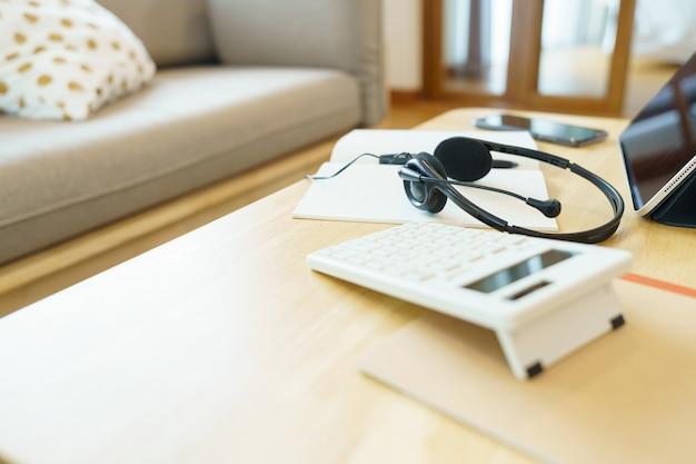 ヘッドフォンと学用品オンラインレッスンを使用した電話会議通信