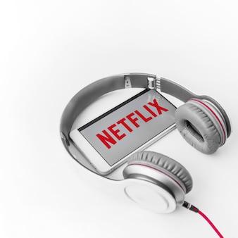 Netflix 로고가있는 헤드폰 및 스마트 폰