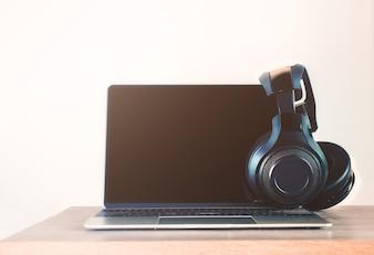 ヘッドフォンは黒とノートパソコンでノートパソコン。