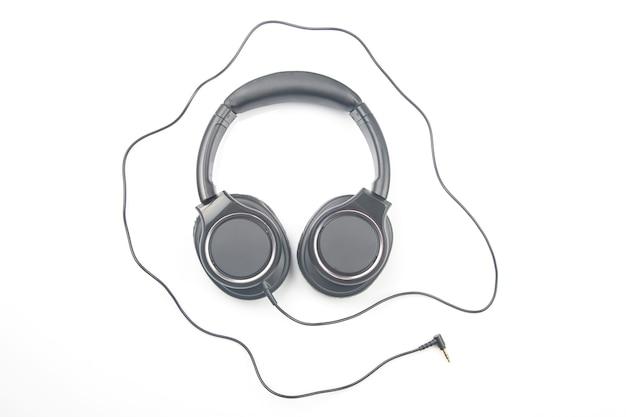 白で音楽を聴くためのヘッドフォン