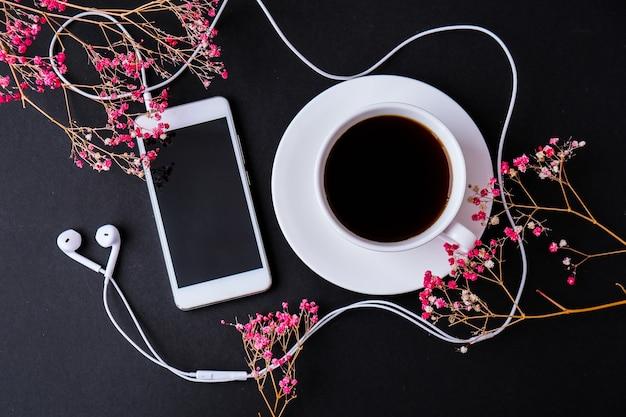 헤드폰 휴대 전화 검은 화면 복사 공간 텍스트 상위 뷰 드라이 핑크 꽃 장식 workpl ...
