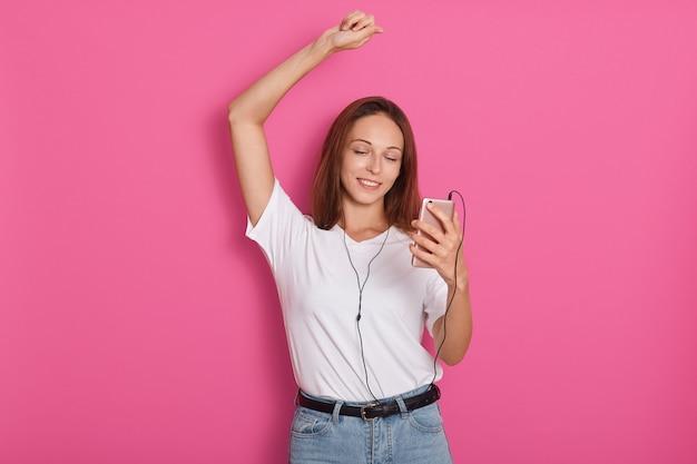 Наушники музыка женщина танцует слушать музыку на mp3-плеер или смартфон. свежий энергичный счастливый танцор