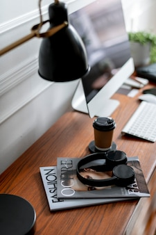木製のテーブルのヘッドフォン携帯電話の壁紙