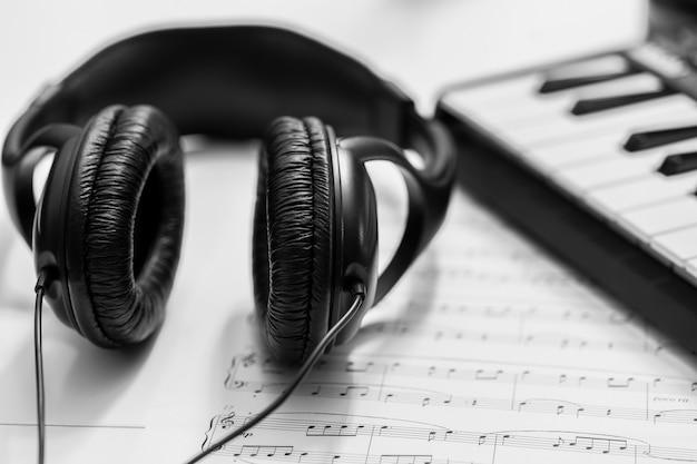 음악 신디사이저 키보드의 헤드폰. 전자 피아노의 헤드폰. 음악적 배경