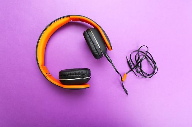紫のヘッドフォン