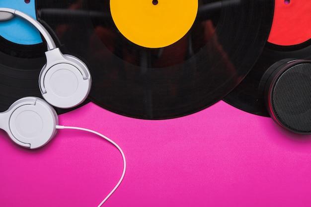 Наушники на наборе виниловых дисков