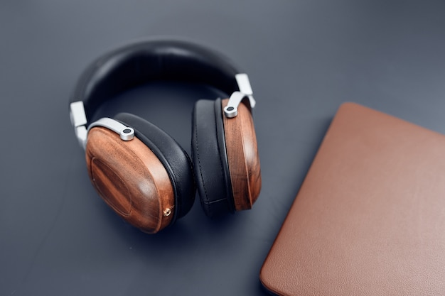 テーブルラップトップテクノロジーのヘッドフォン。高品質の写真
