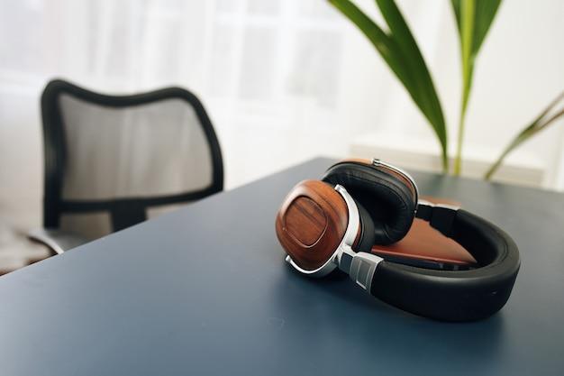 テーブルラップトップテクノロジーのヘッドフォン