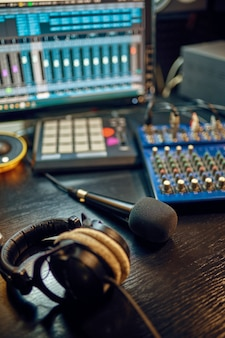 Наушники на столе, интерьер студии звукозаписи