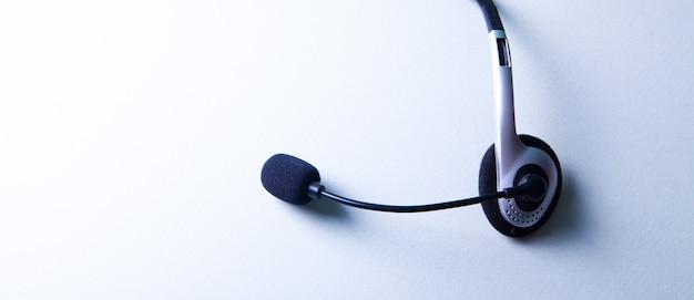 Наушники с микрофоном на белом фоне