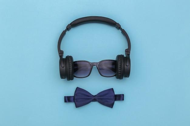 파란색 배경에 선글라스와 나비 넥타이가 달린 헤드폰. 평면도