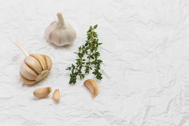 마늘 머리와 정향. 백리향 가지. 껍질을 벗기지 않은 마늘 머리. 자연 농장 음식. 환경 친화적 인 제품 .. 평평하다