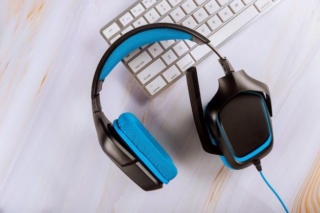 Гарнитура лежит на компьютерной клавиатуре телемаркетинга, колл-центра, службы поддержки клиентов или онлайн-поддержки Premium Фотографии