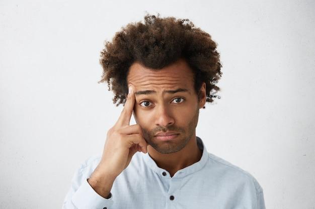 Headshot del maschio afroamericano che tiene il dito medio