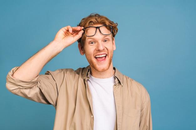 캐주얼 안경을 쓰고 매력적인 나가서는 백인 젊은 사업가의 얼굴만