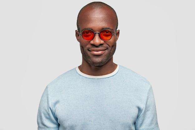 유행 어두운 피부 힙 스터 남성의 얼굴 만 유행 빨간 안경을 착용
