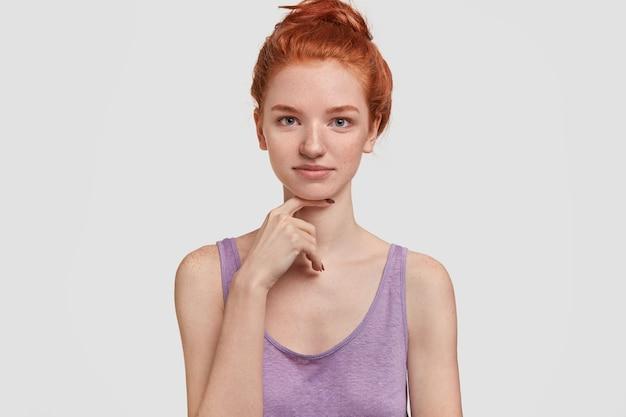 そばかすのある肌を持つ柔らかい生姜の女性のヘッドショット