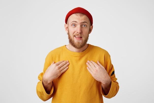 Выстрел в голову неуверенного бородатого молодого мужчины, указывающего ладонями на себя