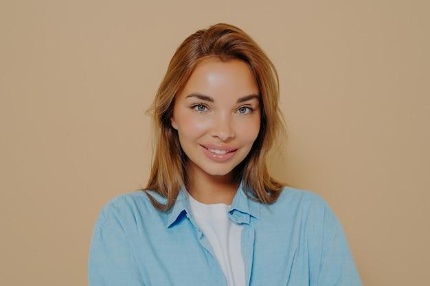 Выстрел в голову портрет счастливой брюнетки модели девушки в голубой рубашке