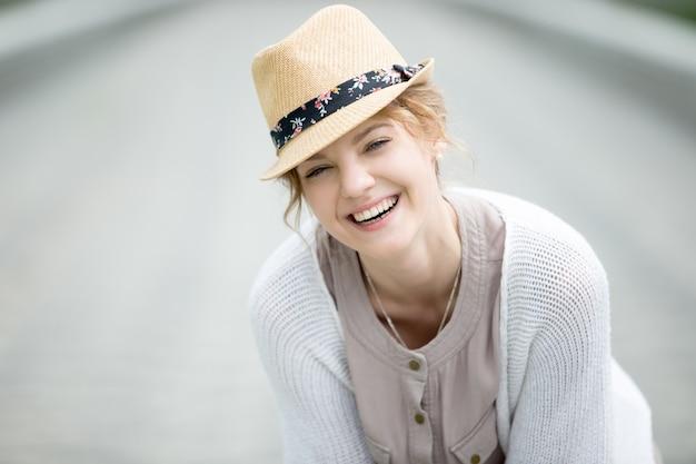 Headshot портрет молодой счастливая женщина смеется на открытом воздухе