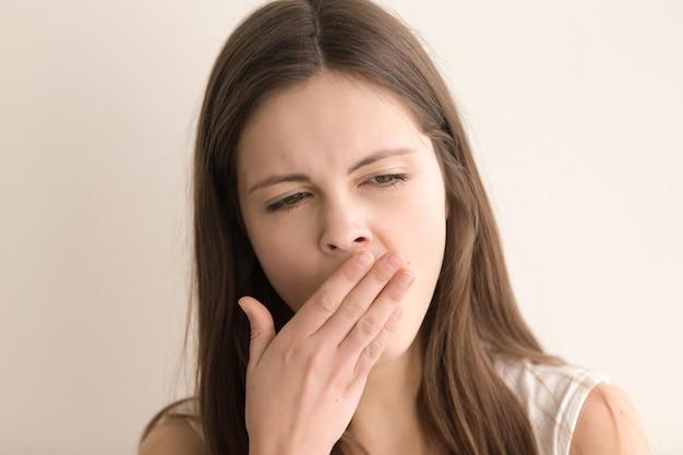 Headshot портрет зевая довольно молодая женщина
