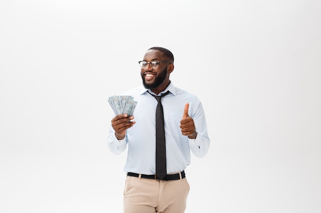 Headshot успешного улыбающегося веселый афро-американский бизнесмен исполнительный стильный руководитель компании
