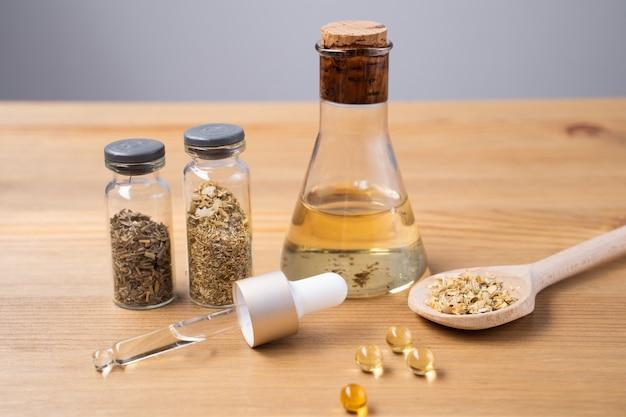 癒しのハーブと薬瓶。代替医療の概念。