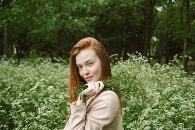 自然の癒しの力エコセラピーの自然の利点は幸福に影響を与えます幸せな赤毛の女性が保持しています