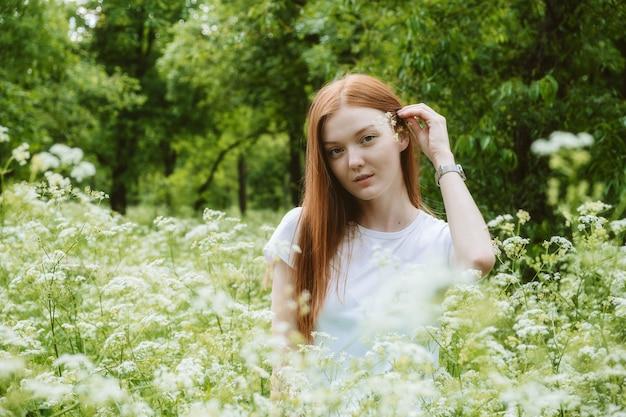 自然の癒しの力エコセラピーの利点自然の影響幸福幸せな赤毛の女性