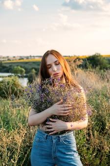 自然の癒しの力エコセラピーの自然の利点は幸福に影響を与えます幸せな若い女の子が保持しています