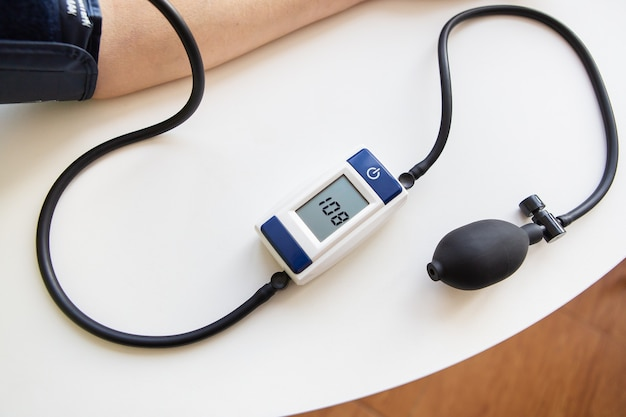 건강 및 관리 개념입니다. 혈압 측정. 여자는 혈압을 측정합니다. 집에서 자가 진단. 위에서 볼 수 있습니다.