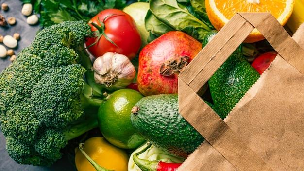 健康と健康的な食事のコンセプトです。野菜や果物がいっぱい詰まったスーパーの紙袋。