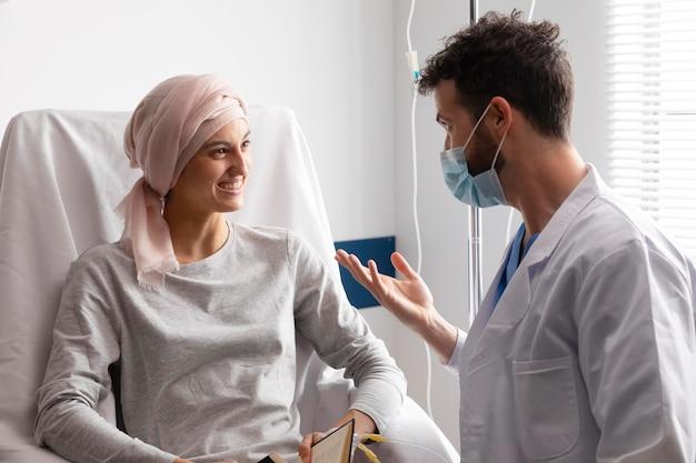 Assistente sanitario che si prende cura di una paziente di sesso femminile