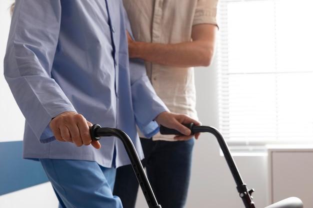 여성 환자와 건강 도우미