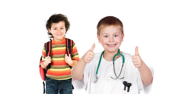 学校での健康。白い背景で孤立して遊んでいる子供たち