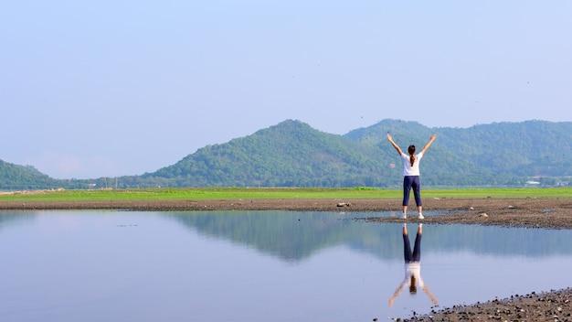 健康上の利点と運動。旅行と一人で時間を楽しんでください。 covid-19後の新しい通常の生活。社会的距離と単独の野外活動。
