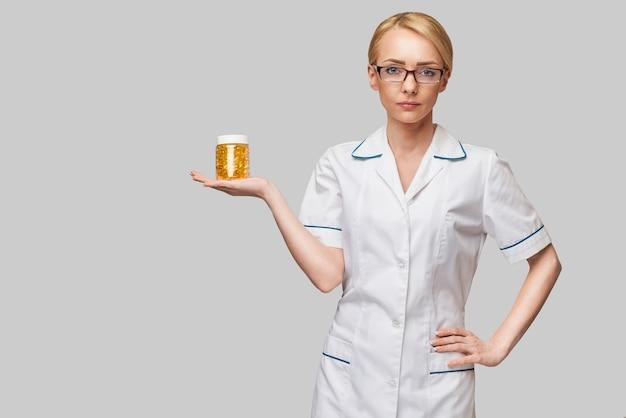 건강 관리 및 다이어트 개념-비타민 d 및 오메가 3 지방산 캡슐에 생선 기름을 들고 의사 영양사 또는 심장 전문의