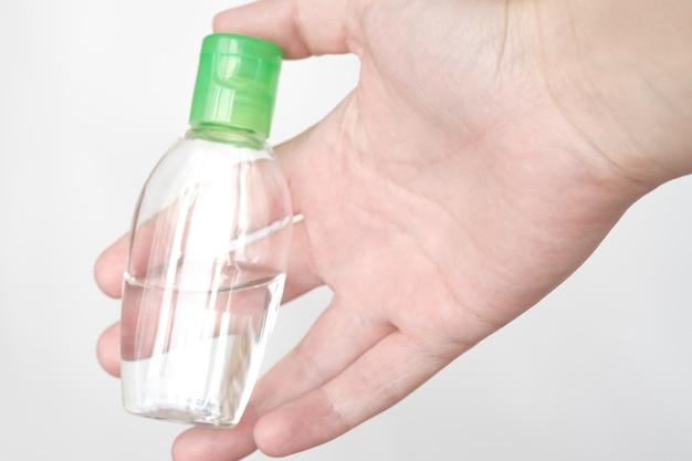 Концепция здравоохранения. антибактериальный дезинфицирующий гель на руках женщины. концепция гигиены. предотвратить распространение микробов и бактерий и избежать заражения коронным вирусом. мойте руки