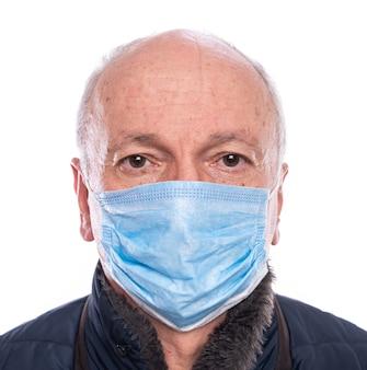 Концепция здравоохранения. старший мужчина в защитной маске позирует в студии на белом фоне
