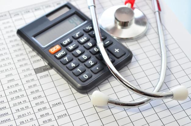 医療費。医療費または医療保険の聴診器と計算機の記号