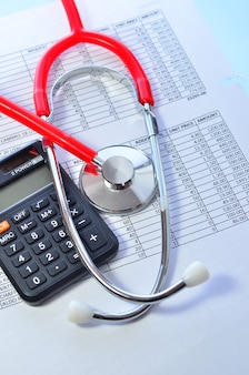 건강 관리 비용. 건강 관리 비용 또는 의료 보험에 대한 청진기 및 계산기 기호