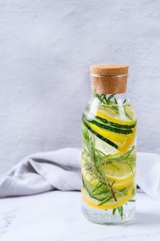 건강 관리, 피트니스, 건강한 영양 다이어트 개념. 신선한 시원한 레몬 오이 로즈마리 주입 물, 해독 음료, 봄 여름날 유리병에 든 레모네이드.