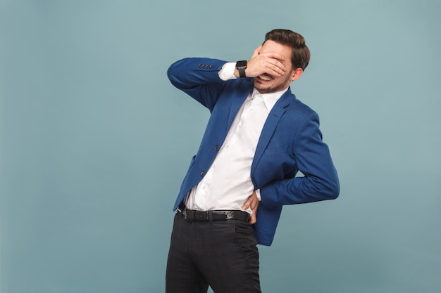 Человек здравоохранения закрыл глаза и испытывает дискомфорт в позвоночнике