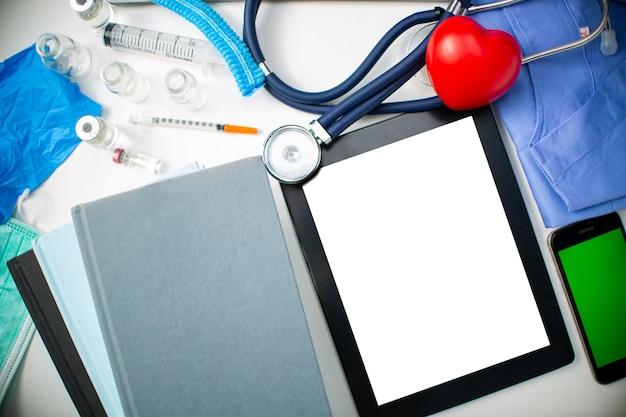 건강 관리 의학 배경 복사 공간입니다. 심장 전문의 심장 전문 특별 목록입니다. 배너 개념입니다. 의사 건강 관리 개념입니다. 의료 유니폼 전문가입니다.