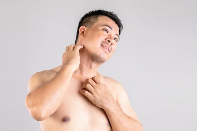 ヘルスケアまたはかゆみや白癬のコンセプト:手を使って体を掻く人の肖像画。